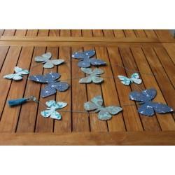 Guirlande de papillons bleus.