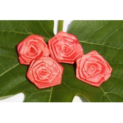 Lot de 4 roses à coudre.