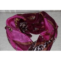 Echarpe carrée 1mètre sur 1 mètre, couleurs rose et violette.